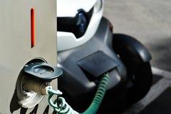 Elektryczny samochód w Swobodnie Podładowywać stację Fotografia Royalty Free