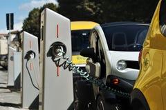 Elektryczny samochód w Swobodnie Podładowywać stację w Florencja Fotografia Stock