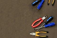 Elektryczny set pragnący drutowanie naprawy projekta sztuki narzędziowego przemysłowego błękitnego śrubokrętu czerwoni nippers na obrazy stock