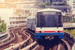 Elektryczny skytrain biega w śródmieściu Bangkok metropolita zdjęcia royalty free