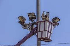 Elektryczny techniczny w dźwignięcia wiadrze podczas instalaci metal p zdjęcie royalty free