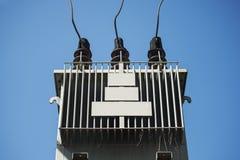 Elektryczny transformator przeciw niebieskiemu niebu Zdjęcia Royalty Free