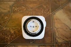 Elektryczny ujście z zegarem na brown tle Dostosowanie elektryczny ujście z 24 godzina zegaru programami Zdjęcie Stock