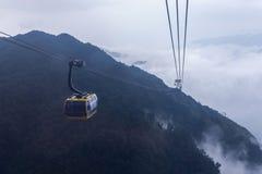 Elektryczny wagon kolei linowej i?? Fansipan halny szczyt Przy 3.143 metres w Sapa wysoka g?ra w Indochina, Wietnam zdjęcie stock