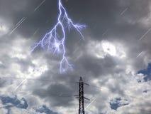 Elektryczny wierza w chmura ciemnym dniu obraz royalty free