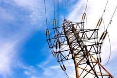 Elektryczny wysoki woltażu wierza na niebieskiego nieba tle Fotografia Royalty Free
