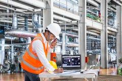 Elektryczny inżynier pracuje przy kontrolnym pokojem elektrownia Zdjęcia Stock