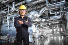 Elektryczny inżynier pracuje przy kontrolnym pokojem elektrownia Obrazy Stock