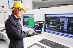 Elektryczny inżynier pracuje przy kontrolnym pokojem elektrownia Fotografia Stock