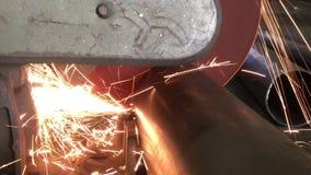 Elektryczny zobaczył cięcia round drymbę w górę widoku od strony, zdjęcie wideo
