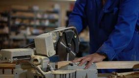Elektryczny zobaczył dla piłować deski, pracownik piły drewniana deska w warsztacie zdjęcie wideo