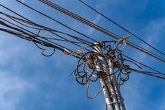 Elektrycznych kabli gmatwanina na drewnianej poczta Zdjęcie Royalty Free