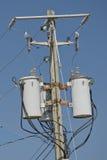Elektrycznych kabli gmatwanina na drewnianej poczta Zdjęcie Stock