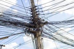 Elektrycznych kabli gmatwanina na elektrycznym słupie Zdjęcie Stock