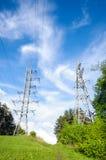 Elektryfikacja góruje na zielonym wzgórzu Zdjęcia Stock