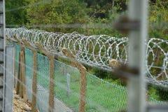 Elektryfikujący ogrodzenia ochronnego i żyletki drut Obraz Stock