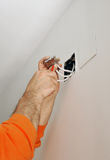 Elektryk łączy drutowanie podczas odświeżania dom Fotografia Stock
