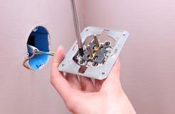 Elektryk instaluje władzy nasadkę Obrazy Stock