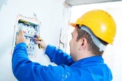 Elektryk instaluje wyłaczający elektrycznego actuator w lontu pudełku Zdjęcia Stock