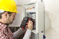 Elektryk przy pracą mierzy elektrycznego prąd obrazy royalty free