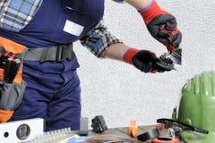 Elektryk przy pracą w bezpieczeństwie na mieszkaniowej instalaci elektrycznej Zdjęcia Stock