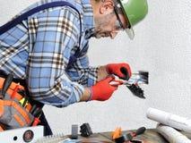 Elektryk przy pracą w bezpieczeństwie na mieszkaniowej instalaci elektrycznej Obrazy Royalty Free