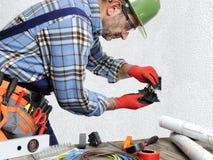 Elektryk przy pracą w bezpieczeństwie na mieszkaniowej instalaci elektrycznej Zdjęcie Royalty Free