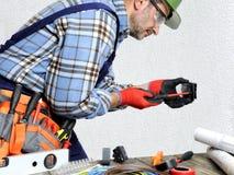 Elektryk przy pracą w bezpieczeństwie na mieszkaniowej instalaci elektrycznej Fotografia Royalty Free