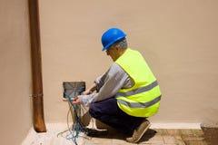 Elektryk przy pracą w roślinie Zdjęcie Royalty Free