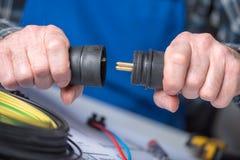 Elektryk trzyma elektryczne prymki Zdjęcia Royalty Free