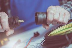 Elektryk trzyma elektryczne prymki Zdjęcie Royalty Free