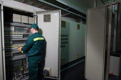 Elektryka inżynier jest probierczym elektrycznym wyposażeniem przy wielką rośliną obrazy stock