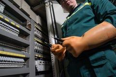 Elektryka inżynier jest probierczym elektrycznym wyposażeniem przy wielką rośliną zdjęcia stock
