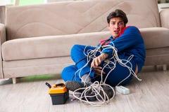 Elektryka kontrahent z kołtuniastymi kablami obraz royalty free