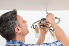 Elektryka naprawiania światło na suficie Zdjęcia Stock