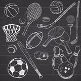 体育球手拉的剪影设置了与棒球、保龄球、网球橄榄球、高尔夫球和其他体育项目 画的乱画elem 免版税库存图片