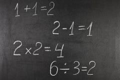 Elementär aritmetisk på svart tavla royaltyfri fotografi