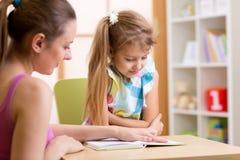 Elementär elevläsning med läraren arkivbild