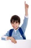 elementär hand hans unge som lyfter skolan Arkivfoton