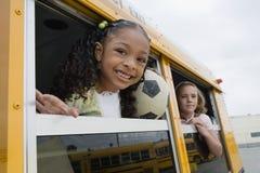 Elementära studenter på skolbussen Royaltyfri Bild