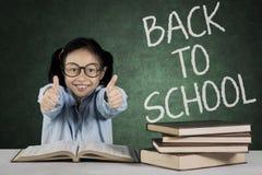 Elementära studentshower ok undertecknar in klassrumet Arkivbild