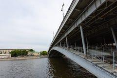 Element der st?dtischen Architektur Details der modernen Brücke über dem Fluss moskau lizenzfreie stockfotografie