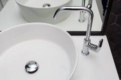 Element des Badezimmerinnenraums mit weißer Wanne und großem Spiegel Neues Waschbecken und schwarze sechseckige Fliesenfliese Stockfotos