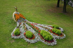 Element krajobrazowy projekt jest powikłanym kombinaci flowerbed w starym Rosyjskim ludu stylu, element folklor Zdjęcia Royalty Free