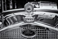 Element (motor som kyler) och emblemet av bilen Ford Model A Arkivfoto