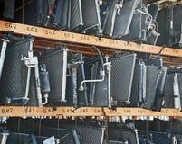 Element och AC-kondensatorer på en skrot Arkivbilder