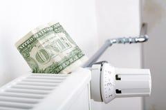 Element och en dollar Pengar på uppvärmningbatteriet royaltyfri fotografi