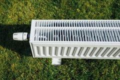 Element på grön gräsmatta, ekologiskt uppvärmningbegrepp royaltyfri fotografi