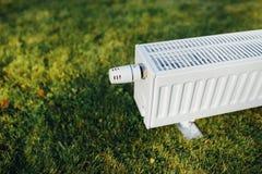Element på grön gräsmatta, ekologiskt uppvärmningbegrepp fotografering för bildbyråer