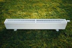 Element på grön gräsmatta, ekologiskt uppvärmningbegrepp royaltyfri bild